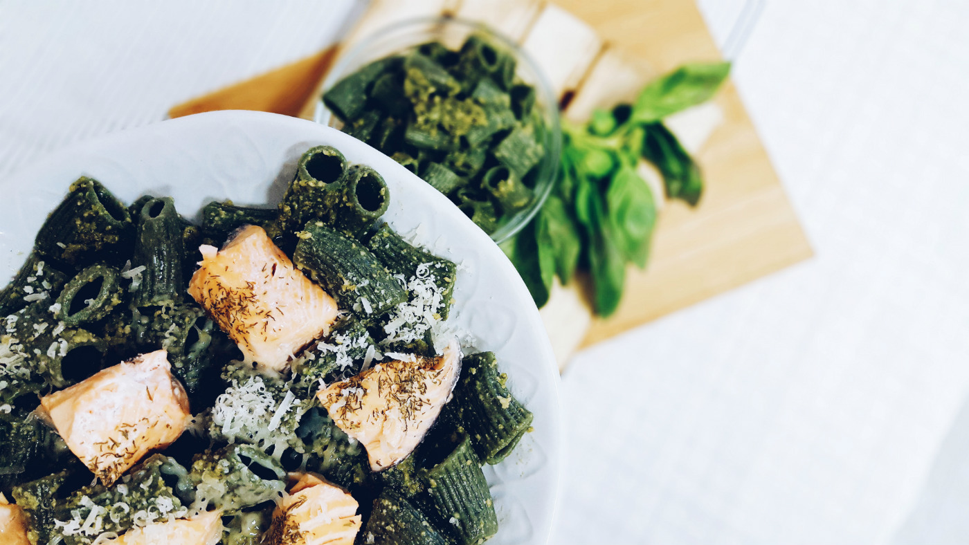 Macarrones de espirulina con pesto de kale