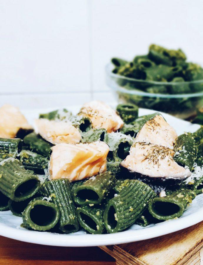 Macarrones de espirulina con pesto de kale, taquitos de salmón y queso parmesano