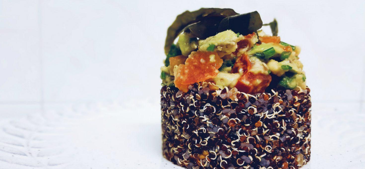 Tartar de quinoa negra con alga wakame, aguacate y cítricos