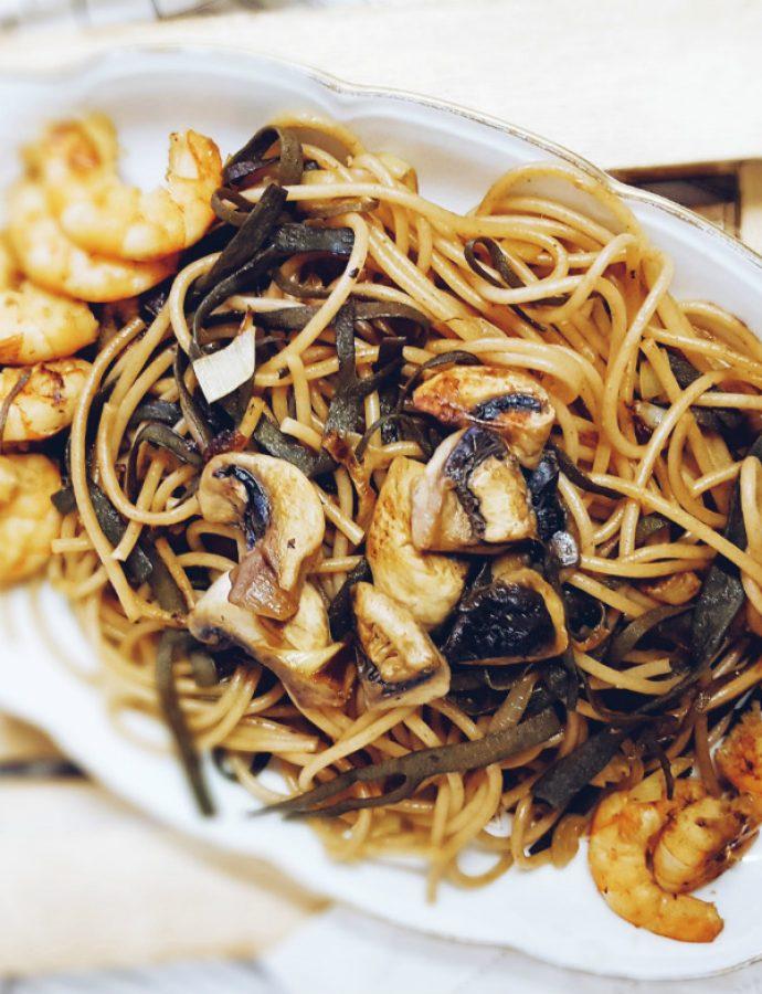 Espagueti de mar con champiñones, langostinos y espelta