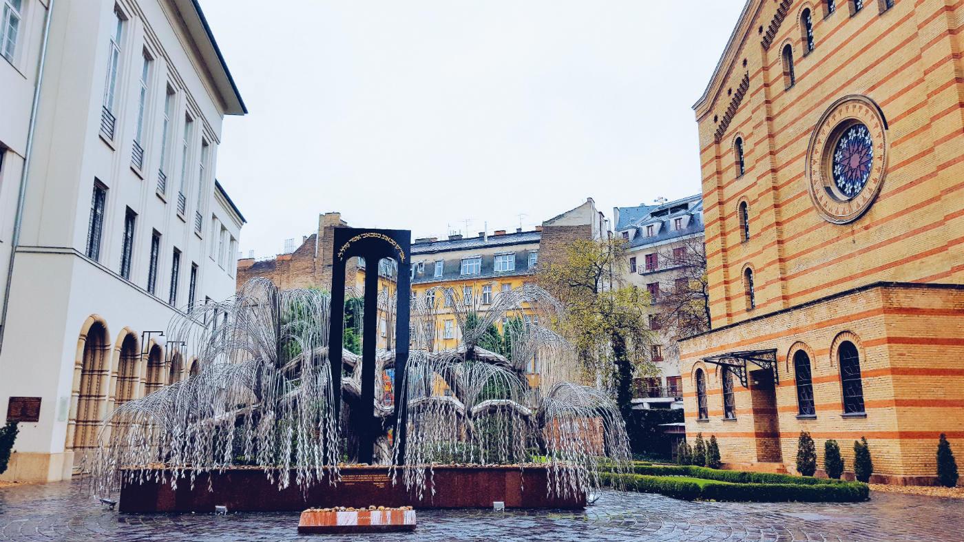 Árbol de la vida en el barrio judio para ver Budapest en tres días