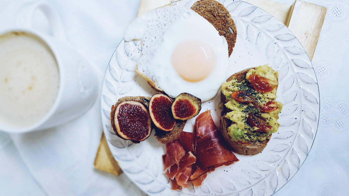 qué como en un día desayuno tostadas