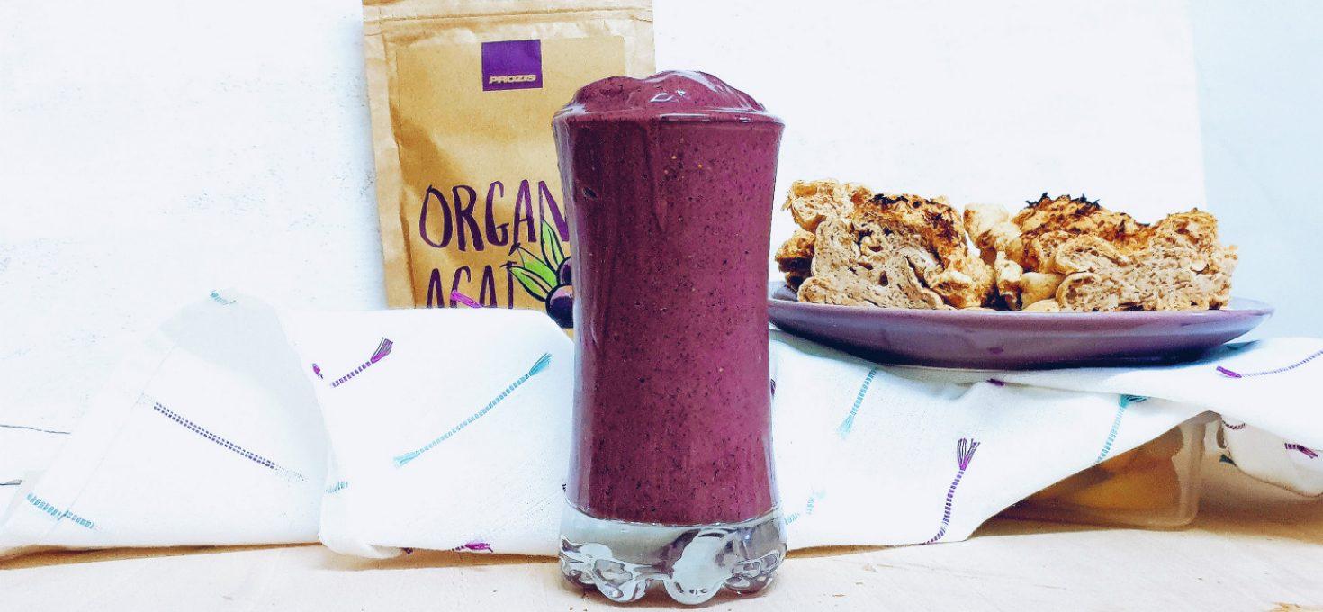 Smoothie de açaí saludable y frutas congeladas