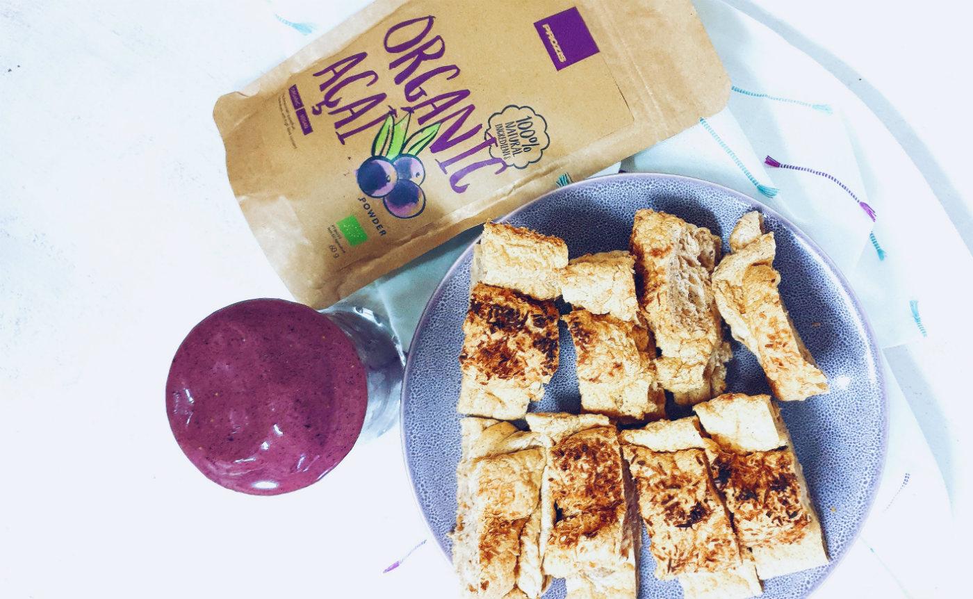 Desayuno de smoothie de açaí saludable