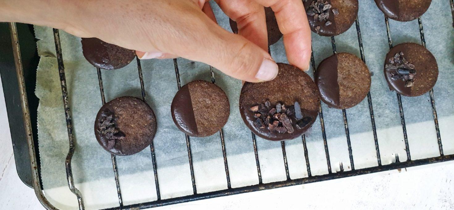 Galletas de algarroba crujientes, sin gluten y bajas en azúcar