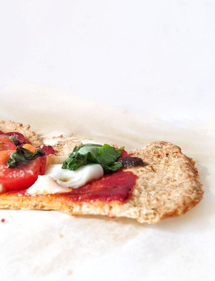 Pizza keto Caprese con base de almendras